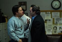 Mark Wahlberg e Joaquin Phoenix in I padroni della notte