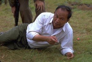 Il regista John Woo spiega una scena a Nicolas Cage sul set di Windtalkers