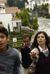 Alan Chávez e Maribel Verdú con Daniel Giménez Cacho sullo sfondo in una scena di La zona